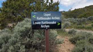 Sign giving directions to Uppr and Lower Rattlesnake Arches
